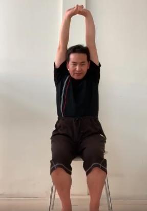 首肩回りを動かす体操