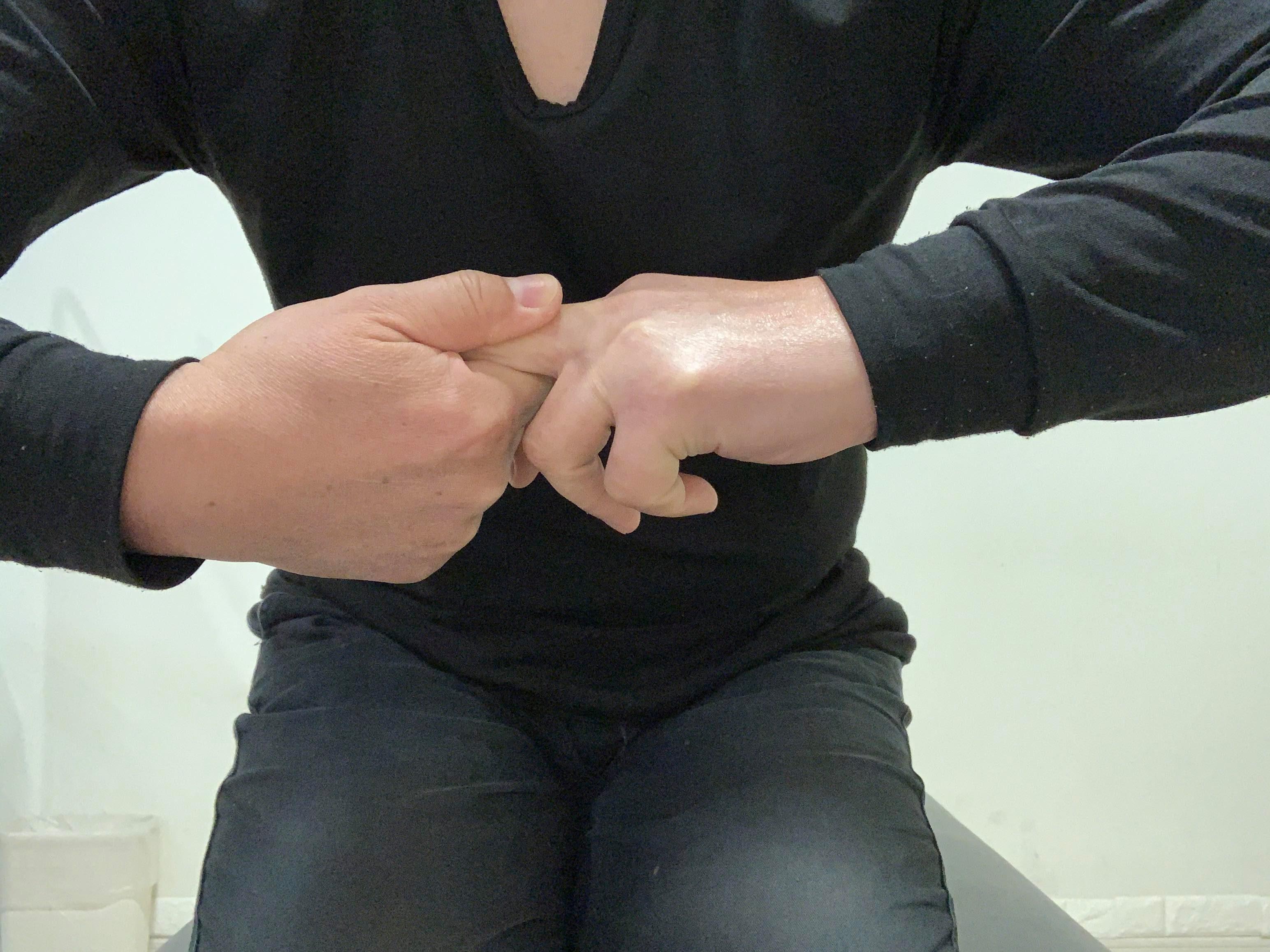 指のつまみストレッチ
